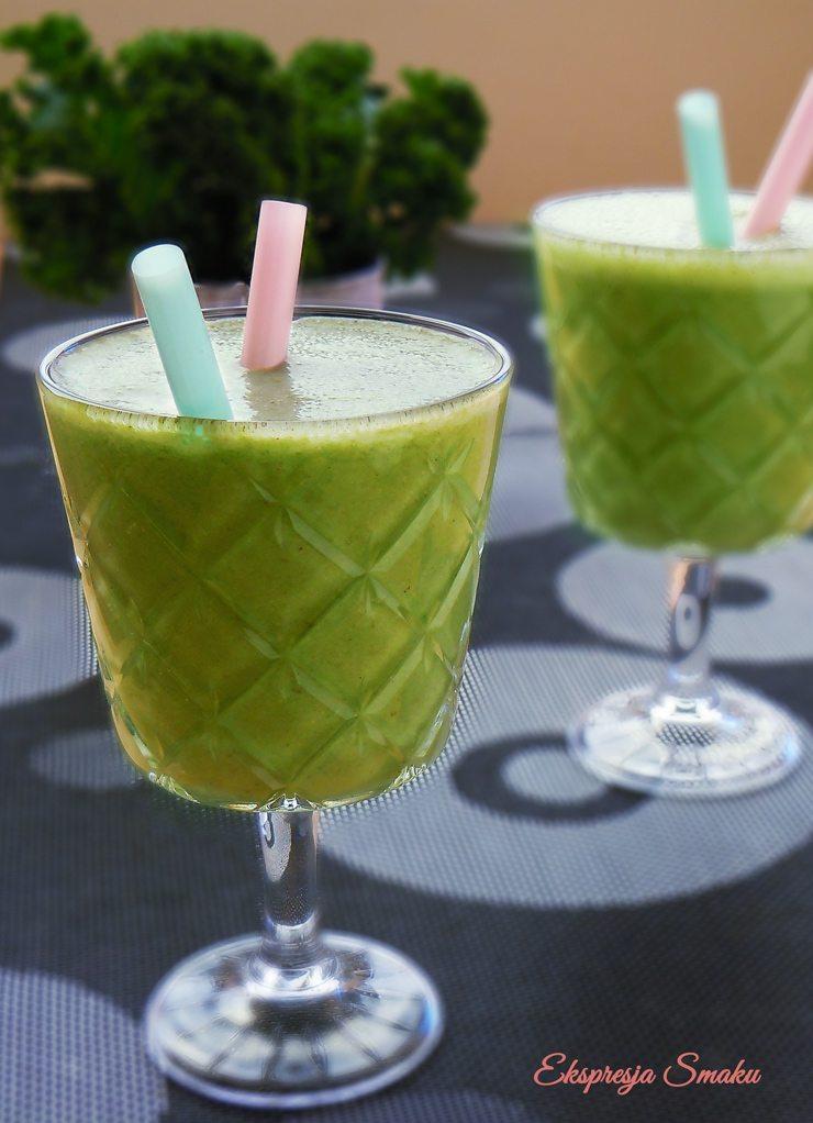 Zielony koktajl z jarmużem, ananasem i matchą