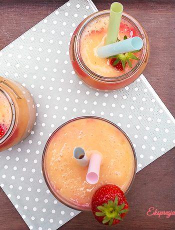 Smoothie z papaja i truskawkami