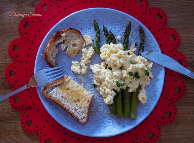 Szparagi z jajecznicą