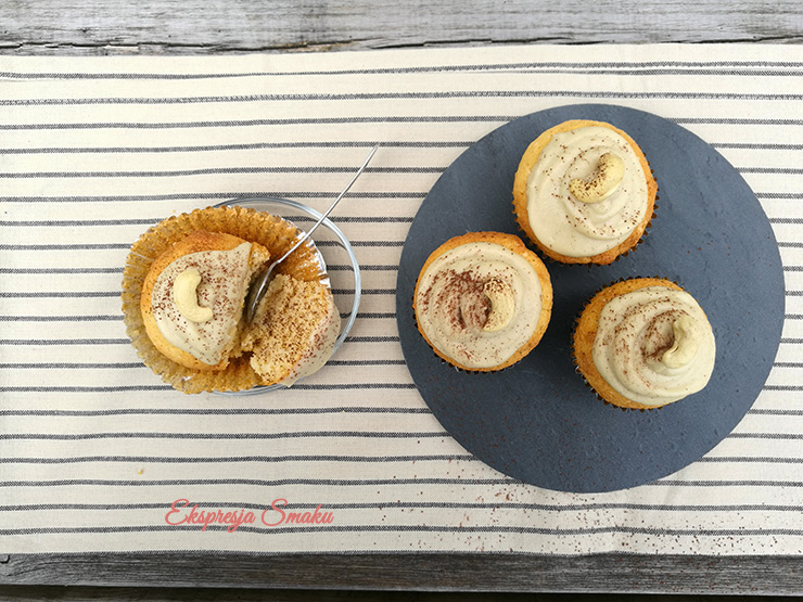 Muffinki bezglutenowe z kremem z orzechów nerkowca
