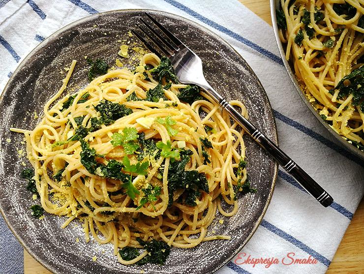 Makaron spaghetti z jarmużem i czosnkiem