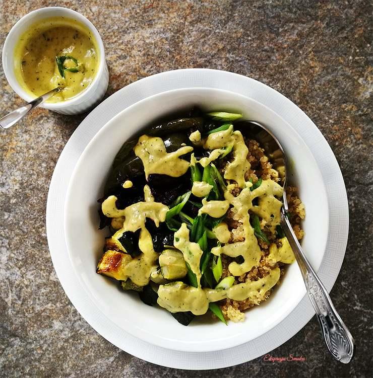 Komosa ryżowa z pieczoną papryką, burakiem z sosem z cukinii