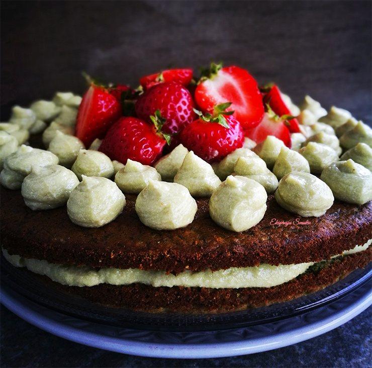 Bezglutenowe ciasto szpinakowe z kremem z awokado i truskawkami