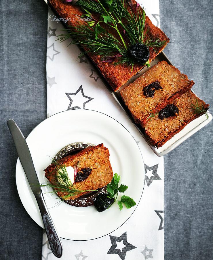 Pasztet z kaszy gryczanej z pieczonymi warzywami i śliwką